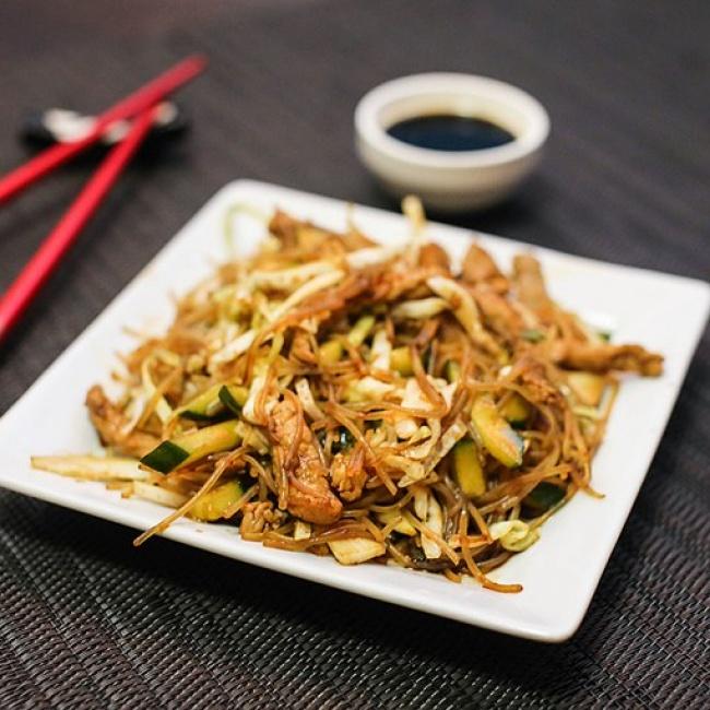 Ensalada con fideos de arroz, berenjena y carne de res