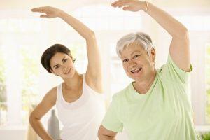 mujer-mayor-entrenador-personal-500x334