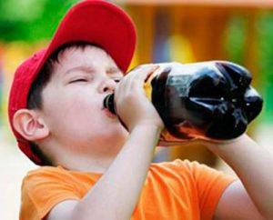 nino-bebiendo-refresco