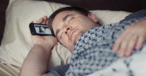 alertan-peligros-dormir-celular