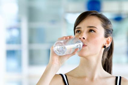 mujer-tomando-agua-enbotellada